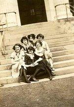 ONS students on steps of Sheldon Hall